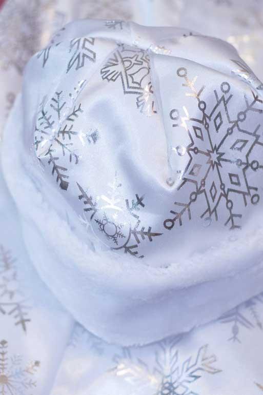 На шубе и шапке одинаковые узоры.