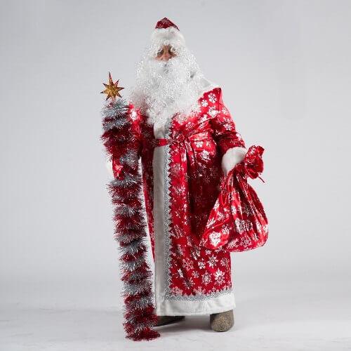 Посох и мешок для подарков в руках Деда Мороза.